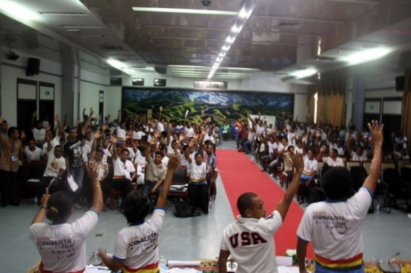 East Timorese journalists raise their hands to approve the Timor-Leste Journalist Code of Ethics in October 2013. Photo: Tempo Semanal