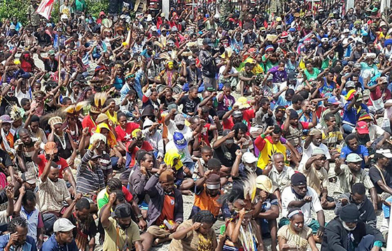 west papua crowd in Timika 560wide